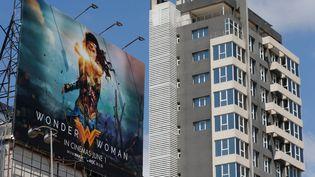 """Une affiche de promotion pour le film """"Wonder Woman"""", le 31 mai 2017 à Beyrouth (Liban). Le long-métrage a depuis été interdit. (MOHAMED AZAKIR / REUTERS)"""