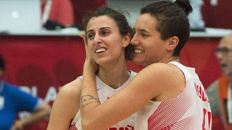 Les joueuses espagnoles Alba Torrens (à gauche) et Laura Nicholls célèbrent la qualification en demi-finale de l'Euro