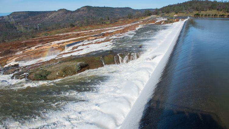 Le réservoir du barrage d'Oroville, situé en Californie, menace de céder après des jours de fortes pluies, le 13 février 2017. (KELLY M. GROW / CALIFORNIA DEPARTMENT OF WATER / AFP)