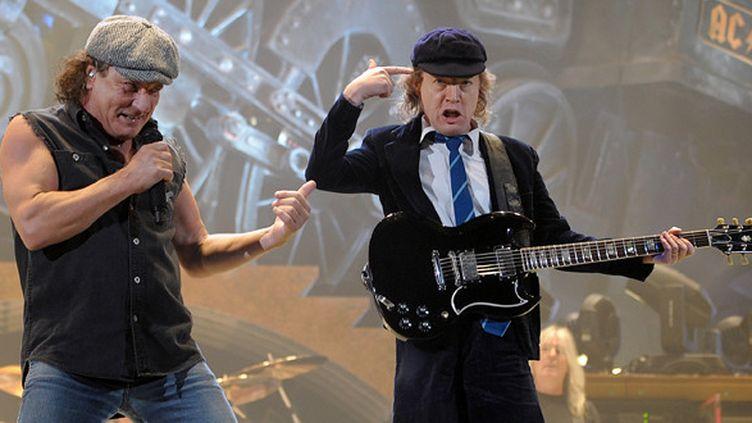 Le chanteur et le guitariste d'AC/DC, Brian Johnson et Angus Young, à Bercy (Paris) le 25 février 2009.  (Olivier Laban-Mattei/ AFP)