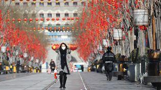 Une passante portant un masque dans les rues de Pékin, le 8 février 2020. (KOKI KATAOKA / YOMIURI)