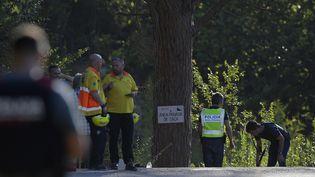 Des policiers inspectent le site où l'auteur présumé de l'attentat de Barcelone (Espagne) a été abattu, lundi 21 août 2017 à Subirats. (LLUIS GENE / AFP)