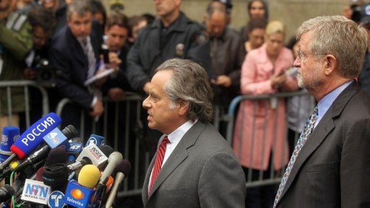 Me Benjamin Brafman et Me William Taylor, les avocats de DSK, le 16 mai 2011 à New York. (AFP)