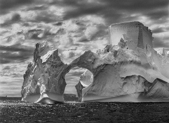 Iceberg entre l'île Paulet et les îles Shetland du Sud dans la mer de Weddell. Péninsule Antarctique, 2005. (© SEBASTIÃO SALGADO / AMAZONAS)