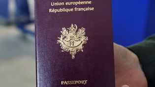 Un passeport français à l'aéroport Roissy Charles de Gaulle. (PIERRE VERDY / AFP)