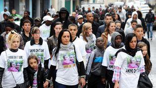 Amal Bentounsi soeur d'Amine Bentounsiet ses proches lors d'une marche blanche le 2 mai 2012 à Meaux (Seine-et-Marne)  (MEHDI FEDOUACH / AFP)