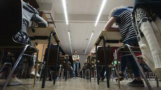 Des élèves lors de l'épreuve de philosophie du baccalauréat, au lycée Fustel-de-Coulanges de Strasbourg (Bas-Rhin), le 6 juin 2014. (FREDERICK FLORIN / AFP)