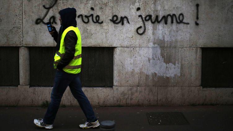 """Un manifestant """"gilet jaune"""", le 5 janvier 2019 à Rouen (Seine-Maritime). (CHARLY TRIBALLEAU / AFP)"""