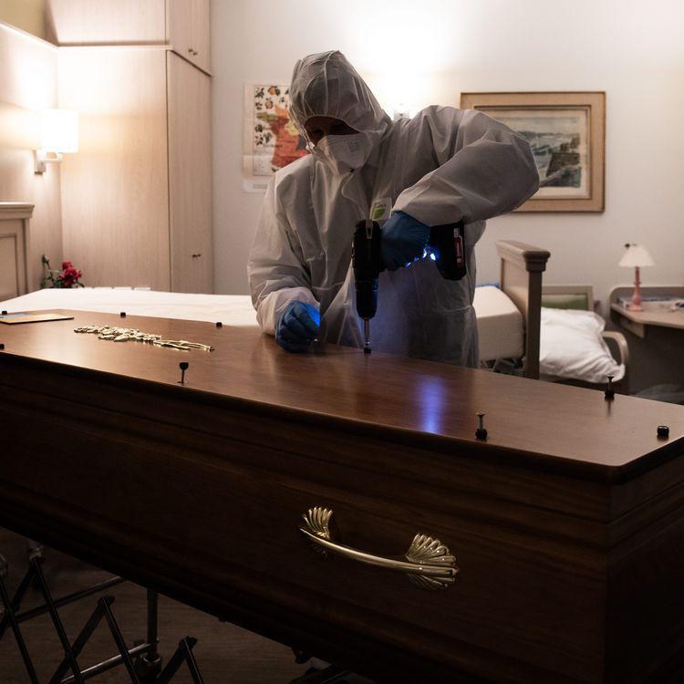 Dans la chambre d'une maison de retraite, une personne des pompes funèbres ferme le cercueil d'une victime du coronavirus, le 7 avril 2020 à Paris. (ALEXIS SCIARD / MAXPPP)