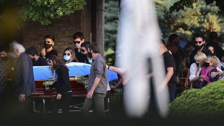 Le cercueil de Diego Maradona, le 26 novembre 2020 à Buenos Aires, en Argentine. (RONALDO SCHEMIDT / AFP)