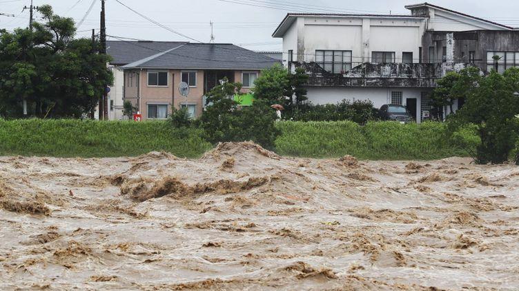 La rivière Kuma en crue à Yatsushiro, dans le sud du Japon, région touchée par des pluies diluviennes, le 4 juillet 2020. (MASAKI AKIZUKI / YOMIURI / AFP)