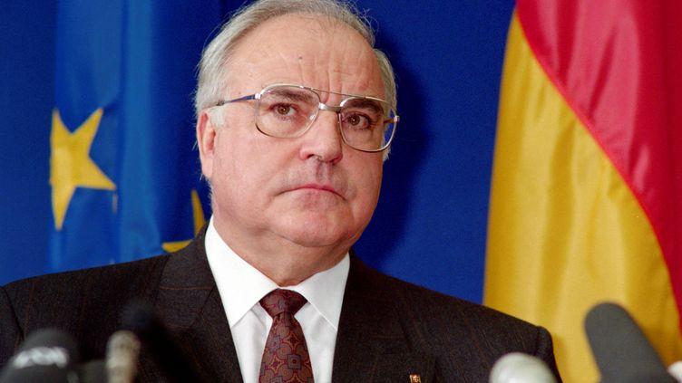 Le chancelier allemand Helmut Kohl participe à une conférence de presse à l'issue d'un sommet européen, le 9 décembre 1989, à Strasbourg (Bas-Rhin). (MICHEL FRISON / AFP)
