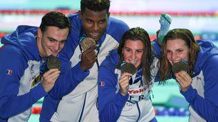 Clement Mignon, Mehdy Metella, Charlotte Bonnet et Marie Wattel avec leurs médailles de bronze en main, le 27 juillet 2019, aux Mondiaux de natationà Gwangju (Corée du Sud). (ED JONES / AFP)