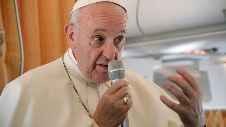 Le pape François à bord de l'avion pontifical en direction de Cracovie (Pologne), mercredi 27 juillet 2016. (REUTERS)