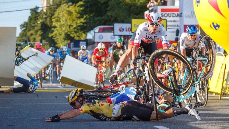Dylan Groenewegen (au sol) a provoqué une violente chute lors du sprint massif de la 1re étape du Tour de Pologne. (ANDRZEJ GRYGIEL / PAP)