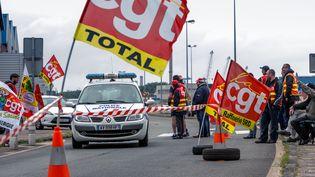 Un dépôt de carburant bloqué par des manifestants le 21 mai 2016 à Dunkerque. (PHILIPPE HUGUEN / AFP)