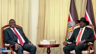 L'ancien vice-président et ex-chef rebelle, Riek Machar (G), lors d'une rencontre avec le président du Soudan du Sud, Salva Kiir (D), le 19 octobre 2019 dans le bureau présidentiel à Juba. (ALEX MCBRIDE / AFP)