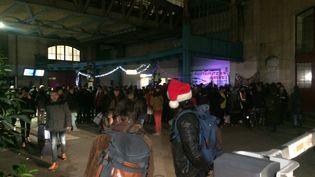 Les cheminots grévistes contre la réforme des retraites ont organisé une fête à la gare d'Austerlitz de Paris, le 23 décembre 2019. (CAMILLE DESCROIX / RADIOFRANCE)