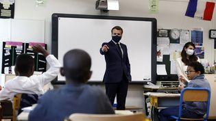 Le chef de l'Etat Emmanuel Macronen visite dans une école élémentaire de Poissy (Yvelines), le 5 mai 2020. (IAN LANGSDON / AFP)