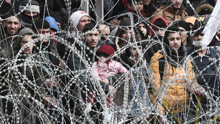 Des migrants à la frontière gréco-turque près d'Edirne, le lundi 2 mars 2020. (SAKIS MITROLIDIS / AFP)