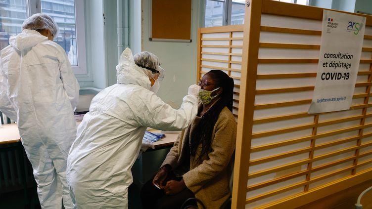 Une lycéenne se soumet à un test antigénique, au lycéeEmile-Dubois, dans le 14e arrondissement de Paris, lundi 23 novembre 2020. (AFP)