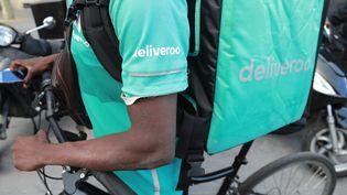 Un livreur Deliveroo au rassemblement parisien, le 10 août 2019. (JACQUES DEMARTHON / AFP)