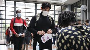 Des lycéens font la queue pour obtenir des masques, dans un lycée de Nice (Alpes-Maritimes), le 8 juin 2020. (ARIE BOTBOL / HANS LUCAS / AFP)
