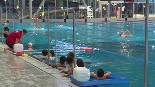 Toute la semaine du lundi 25 octobre, la piscine de Valenciennes (Nord) organise des séances de natation gratuites à destination des enfants. (FRANCE 3)