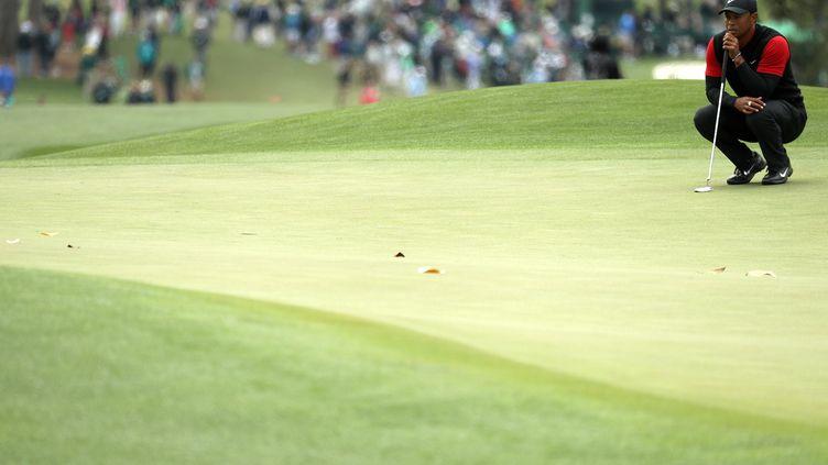 Tiger Woods en pleine réflexion sur le green d'Augusta (PATRICK SMITH / GETTY IMAGES NORTH AMERICA)