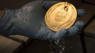 Une médaille d'or dans une usine de fabrication à Rio de Janeiro, le 18 juillet 2016. (CHRISTOPHE SIMON / AFP)