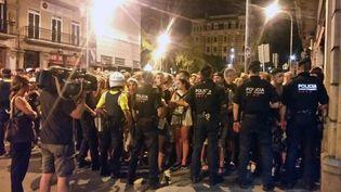 La police empêche les touristes de s'approcher du lieu de l'attaque jeudi 17 août sur les Ramblas à Barcelone. (RADIO FRANCE / BENJAMIN ILLY)