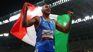 Le nouveau champion olympique du 100 m, l'Italien Marcell Lamont Jacobs, tout à sa joie, le 1er août 2021 à Tokyo. (HIROTO SEKIGUCHI / YOMIURI / AFP)