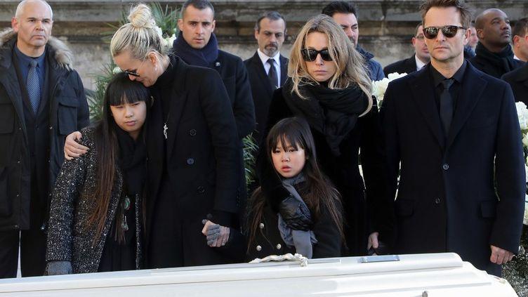 Laeticia Hallyday, ses deux filles Jade et Joy, Laura Smet et David Hallyday lors des obsèques de Johnny le 9 décembre 2017 à Paris. (LUDOVIC MARIN / POOL / AFP)
