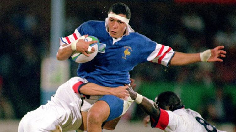 Abdelatif Benazzi aux prises avec la défense anglaise lors du match pour la 3e place en 1995