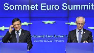 Le président de la Commission européenne José Manuel Barroso et le président de la zone euro Herman Van Rompuy ont tenu une conférence de presse à l'issue du sommet européen le 27 octobre 2011 à Bruxelles (Belgique). (GEORGES GOBET / AFP)