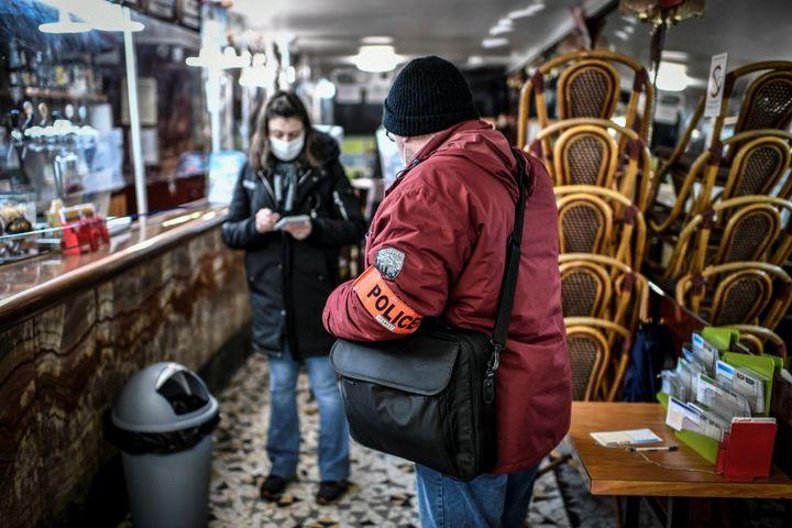 da polícia controla um bar em Paris, 3 de fevereiro de 2021. (Stephane de Sakutin / AFP)