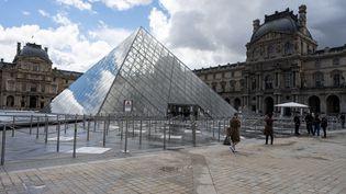 L'entrée du musée du Louvre à Paris le 19 mai 2021. (SANDRINE MARTY / HANS LUCAS)