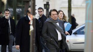 Bernard Tapie arrive au pôle financier à Paris, le 12 mars 2015. (ERIC FEFERBERG / AFP)