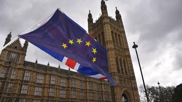 Les drapeaux britanniques et européens à l'extérieur du Parlementdu Royaume-Uni, le 27 février 2018 à Londres (Royaume-Uni). (ALBERTO PEZZALI / AFP)