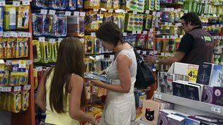 Une mère et sa fille achètent des fournitures scolaires à Luc-la-Primaube (Aveyron), le 18 août 2015. (PASCAL PAVANI / AFP)