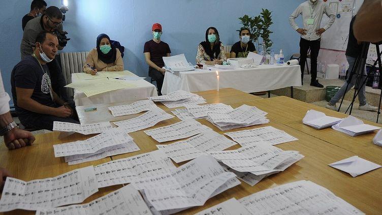 Dépouillementdans un bureau de vote après la fin des élections générales à Alger, le 12 juin 2021. (MOUSAAB ROUIBI / ANADOLU AGENCY)