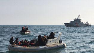 Des migrants sont secourus au large de Calais (Pas-de-Calais), le 18 février 2019. (SOCIETE NATIONAL DE SAUVETAGE EN MER / AFP)