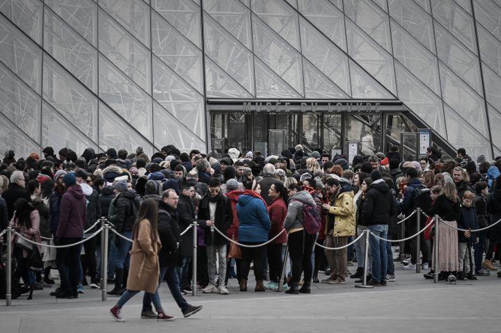 Les visiteurs s'amassent devant le Louvre le jour de réouverture. (PHILIPPE LOPEZ / AFP)