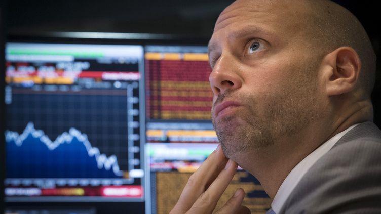 Un trader suit la séance au New York Stock Exchange, le 24 août 2015. ( BRENDAN MCDERMID / REUTERS)