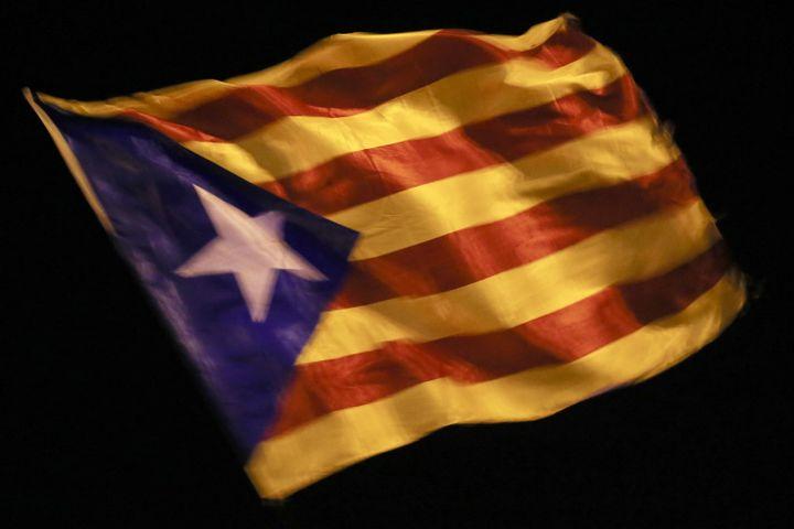 Le drapeau catalan indépendantiste à Barcelone, le 26 octobre 2017. (PAU BARRENA / AFP)