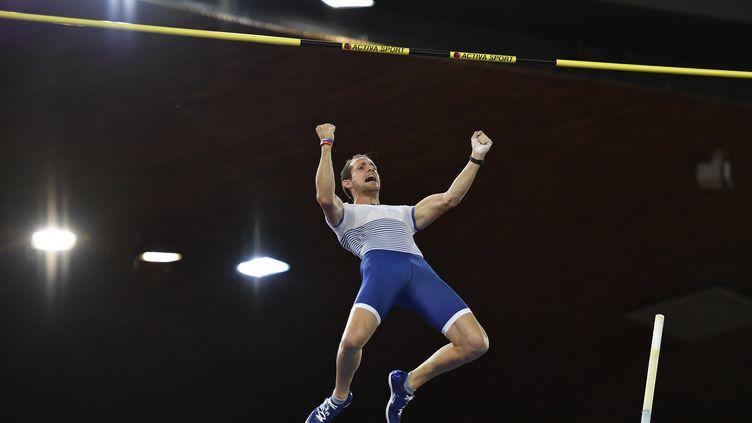 Renaud Lavillenie remporte sa septième Ligue de Diamant grâce à un saut à 5.90m (FABRICE COFFRINI / AFP)