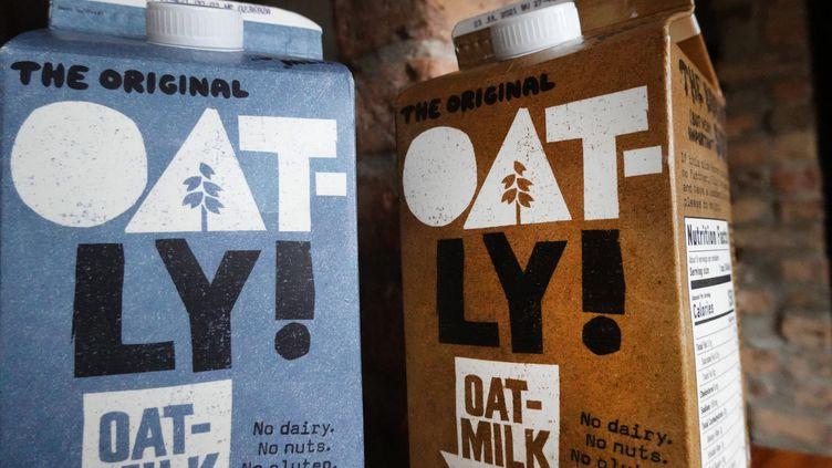 Des briques de lait d'avoine de la marque Oatly (illustration). (SCOTT OLSON / GETTY IMAGES NORTH AMERICA / VIA AFP)