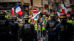 """Des """"gilets jaunes"""" face à des membres des forces de l'ordre, à Alès (Gard), le 19 mai 2019. (BENJAMIN POLGE / HANS LUCAS / AFP)"""