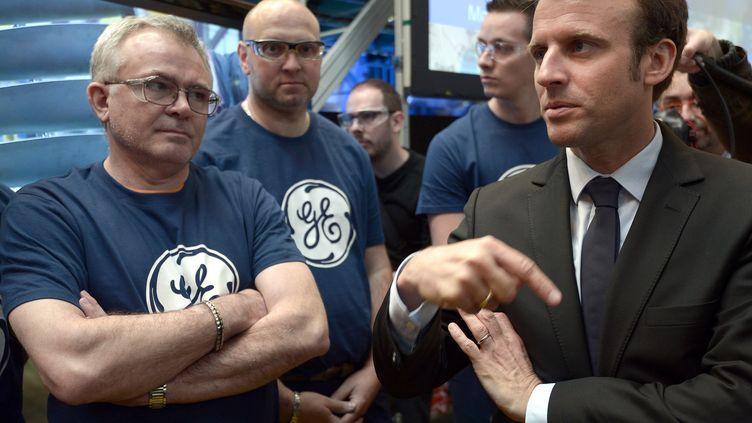 Emmanuel Macron à l'usine de General Electric à Belfort, le 28 mai 2015. (FREDERICK FLORIN / AFP)