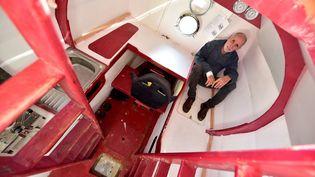 Jean-Jacques Savin prend la pose dans le tonneau aménagé, le 15 novembre 2018 à Arès (Gironde), avant sa tentative de traversée de l'Atlantique. (GEORGES GOBET / AFP)